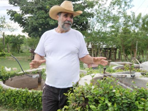 Casimiro devant le biodigesteur, Finca del Medio