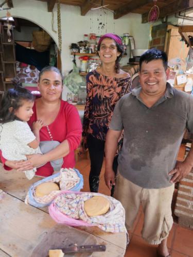 Clara et sa famille avec les bons fromages