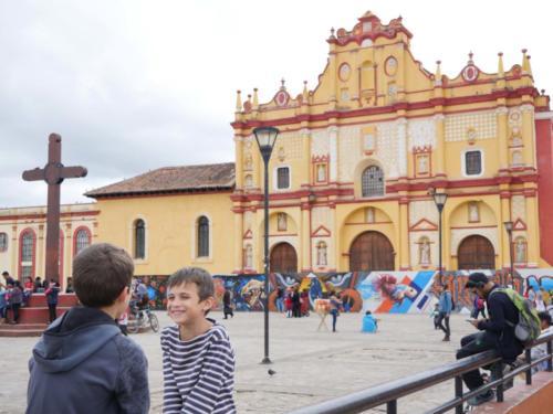 Complicité entre frères, Place Centrale, San Cristobal de las Casas