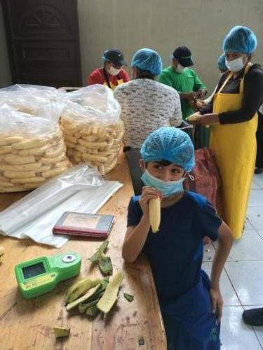 Esteban épluche les bananes