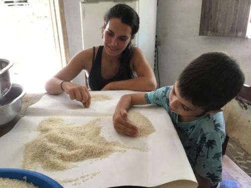 Esteban et Chavely participent au nettoyage du riz