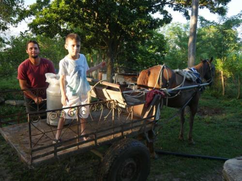 José Antonio et Esteban partent livrer le lait frais au village