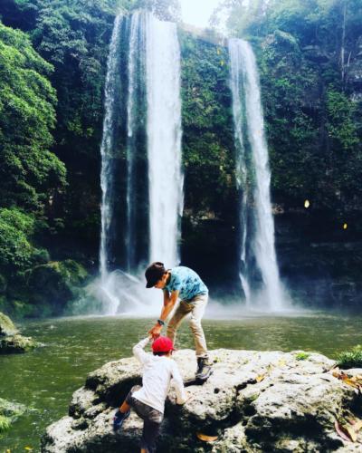 Les deux frères aux chutes de Misol-Ha, Chiapas