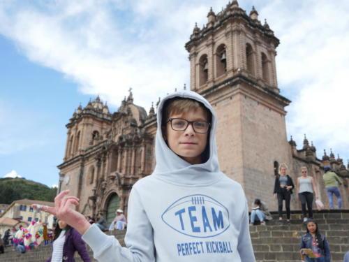 Louis devant la Cathédrale de Cusco