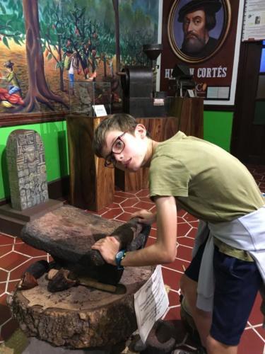 Louis fabrique de la pâte de cacao, Antigua