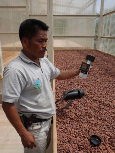 Luis mesure l'humidité du cacao, Apodip