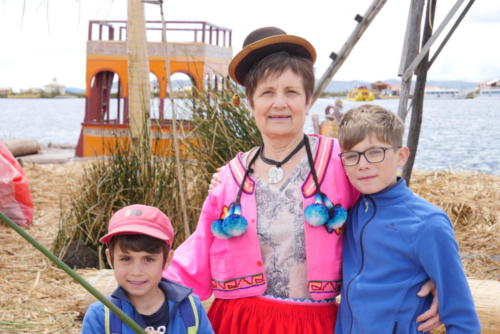 Mamie et ses petits enfants, îles uros