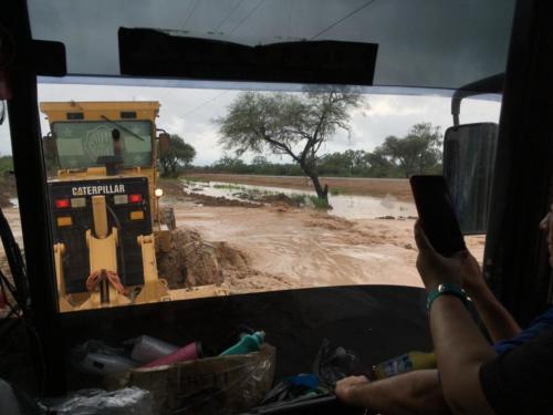 Notre bus tracté par 2 bulldozers!