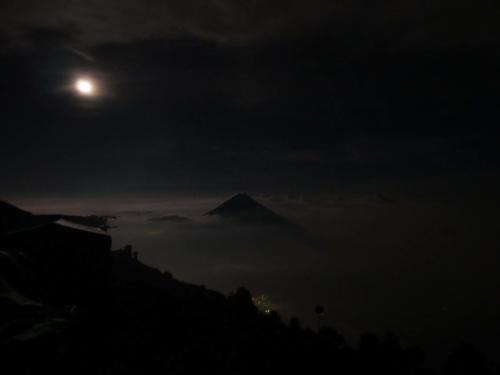 Pleine lune sur le Volcan Agua