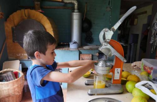 Pressage des oranges du jardin par Esteban