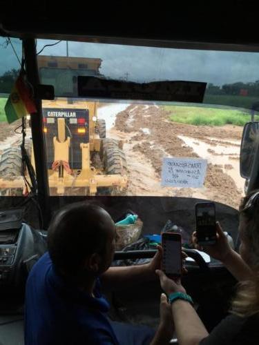 notr ebus tracté par un bulldozer